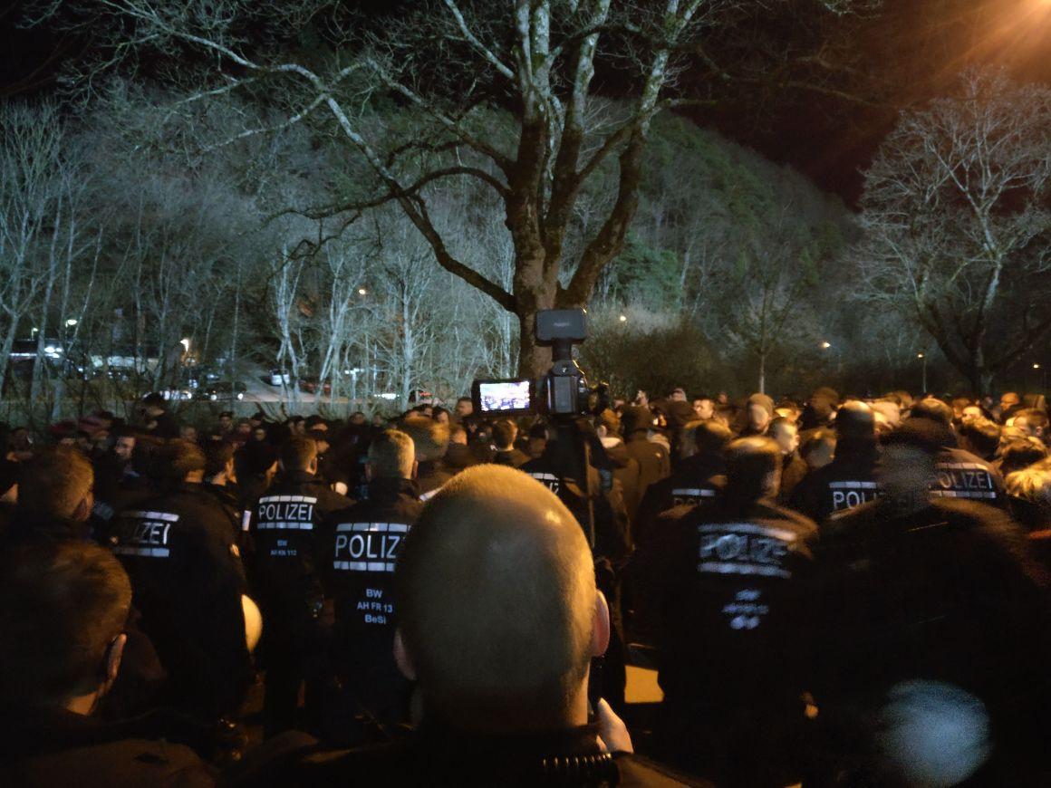 Polizeisperre hinter der Nordtribüne